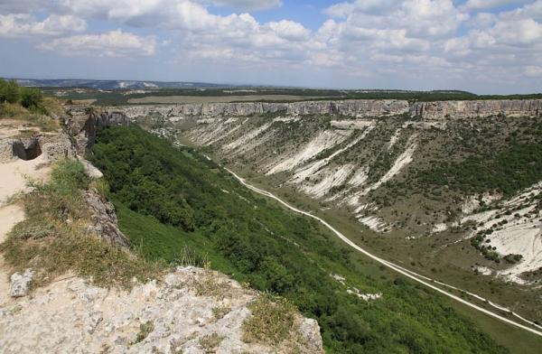 Kaňon mezi Bachčisaraj a skalním městem Čufut-Kale