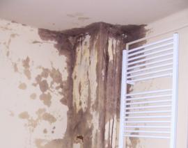 Průsak kondenzátu špatným komínem na povrch stěny