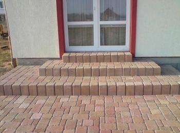 Betonová dlažba - použité palisády s dlažbou v tomto případě zcela splynuly