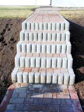 Schodiště z betonové dlažby a palisád