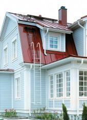 Sněhové zábrany, žebříky a střešní lávky jsou součástí každé skandinávské střechy.