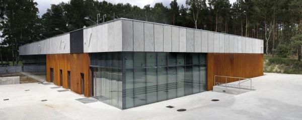 Oxidační vysoce odolné ocelové desky na fasádě National Memorial Muzeum v Polsku.