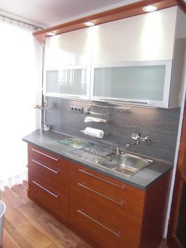 Povedená rekonstrukce kuchyně ve starém cihlovém domě. V barevném provedení Calvados a vanilky lesk. Celá kuchyň je osazena kvalitním kováním BLUM.