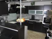 Rekonstrukce kuchyně ve starém domě. Kuchyňská linka je v dekoru wenge luisiana, hrany dvířek jsou opatřeny hliníkovou abs hranou která nádherně kontrastuje s tmavou barvou dvířek.