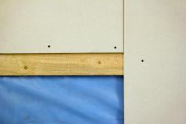 O originálních hran stačí vzdálenost šroubu od hrany 10 mm