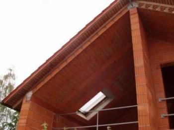 Zdění z keramických tvárnic a stropní panely tvořící šikmou střechu