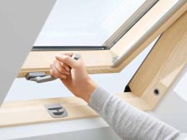 Detail ovládání střešního okna VELUX
