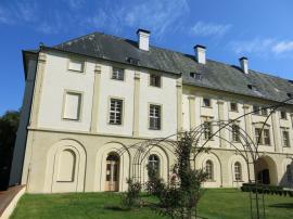 Exteriér zámku vRokytnici u Přerova shistorickým krovem; vpodkroví díky systému Lindab Cosntruline vznikly na 180 m2 nové užitné prostory.