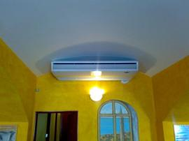 Vnitřní podstropní klimatizační jednotka