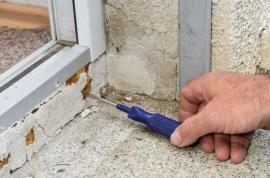 Degradace polyuretanové pěny v důsledku nesprávné monáže balkonvých dveří