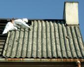 Nebezpečná azbestová krytina a okapy, které již zjevně dosloužily