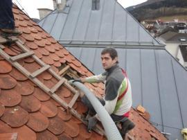 Ukázka aplikace foukané izolace v půdním prostoru staršího domu. V případě přestavby je možné izolaci vysát a opět použít!