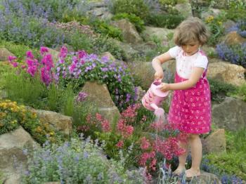 Květiny zalévají rády i malé děti - alespoň mají o prázdninách něco na starosti