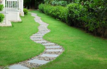 Vůbec není na škodu, když se pěšina vlní, byť vede jedním směrem - úsečky na většinu zahrad nepatří