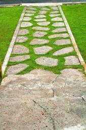 Cesta z nášlapných kamenů lemovaná obrubníkem