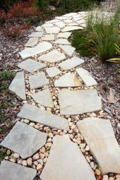 Kameny usazené do volné mozaiky