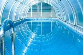 Ideálně zazimovaný bazén uzamčenou bazénovou stříškou z kovové konstrukce a polykarbonátu
