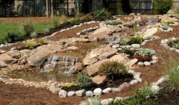 Potůček s vodní kaskádou v nově založené zahradě