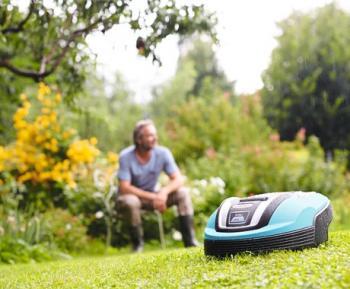Sekání bez námahy - a užívejte si volného času! GARDENA robotická sekačka seká trávník úplně sama a nabíjí se podle potřeby v dobíjecí stanici. Vy si můžete užívat nádherně udržovaný trávník a mít více volného času.