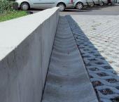 Betonový obrubník a odvodňovací žlab