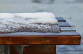 Dřevěná lavička v zimě - bez ochrany nepřežije mnoho zim