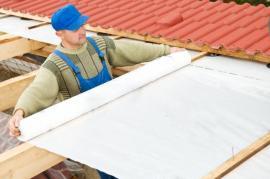 Hydroizolace šikmých střech je nejčastěji řešena jen tenkou fólií pod latěmi