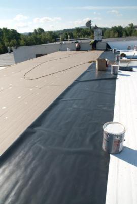 Provádění tepelné izolace ploché střechy a hydroizolace PVC fólií