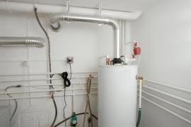 Zásobníkový plynový ohřívač vody je nejlepší umístit do technické místnosti domu, nikoli do koupelny