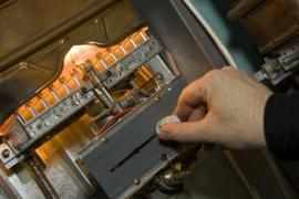 Údržba a revize plynového spotřebiče, sami ani nesnímejte kryt