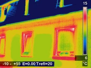 Snímek termokamerou zachycuje úniky tepla z domu