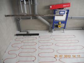 Vkoupelně bude umístěno závěsné WC, proto je možné položit podlahové vytápění až ke stěně