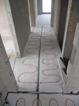 Elektrické topné kabely ECOFLOOR jsou položeny ve všech místnostech po celé ploše – je tím zajištěno rovnoměrné prohřívání podlahy