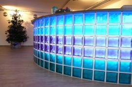 Recepční pult s LED nasvícením, tvárnice Clear 1919/8 Wave barvené v dutině, rozměr 190x190x80 mm