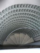 Oblouková schodišťová příčka v interiéru, tvárnice Clear 1909/8 Wave, rozměr 190x90x80 mm