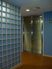 Interiérová předělovací příčka v kanceláři, tvárnice Aquamarine Q 19 O, rozměr 190x190x80 mm