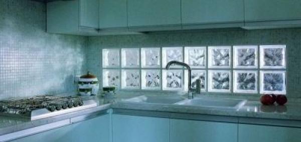 Použití luxfer za kuchyňskou linkou, tvárnice Q 19 O Neutro, rozměr 190x190x80 mm
