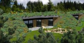 Bungalov EKORD lze zcela včlenit do terénu - získáme tak další prostor, byť samotný dům může mít i značnou zastavěnou plochu