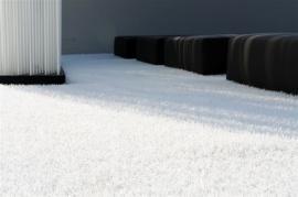 Umělý travní povrch v bílé barvě