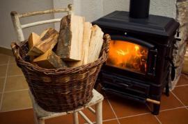 Palivové dřevo u roztopených krbových kamen