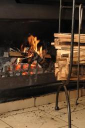 Menší zásoba palivového dřeva u krbu