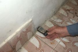 Inspektor nemovitosti měří vlhkost zdí