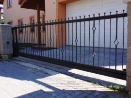 Kovová vjezdová brána a branka patří ke kovovému plotu