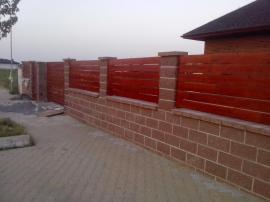 Zděné oplocení s dřevěnou plotovou výplní