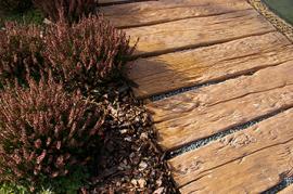 Betonová dlažba v imitaci dubu