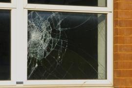 Okno s bezpečnostní fólií po rozbití skla