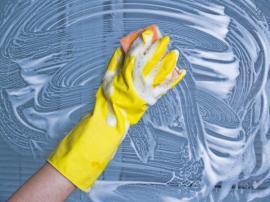 Mytí prosklených ploch opatřených fólií běžným čistícím prostředkem