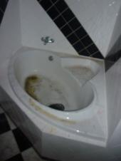 Znečištěná a poničená vana