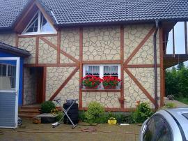 Nádherná ukázka univerzality raženého kamene R-Lay - obklad stěn hrázděného domu