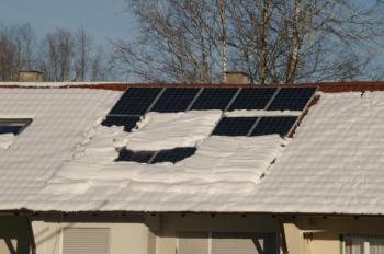 Sníh většinou sjede alespoň z horních částí solárních panelů