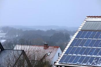 Za běžných podmínek se sníh na solárních panelech neudrží